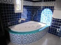 Salle de Bain en lave émaillée accompagnée de carreaux décorée à la main à Salernes en Provence